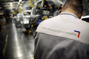 A picture taken on November 5, 2008 at the Sochaux factory, central France, shows an employee working on the assembly-line of the French car maker group PSA Peugeot Citroën. The manufacturer announced on November 20, 2008, plans to slash 2,700 jobs as the automobile sector struggled with the global economic crisis. The job cuts could affect assembly-line workers, managers and office staff in all of the firm's plants, a statement from the car company said. AFP PHOTO / JEFF PACHOUD FRANCE-ECONOMY-AUTO-PSA