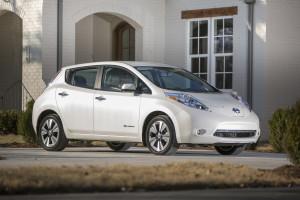 Nissan LEAF, además de ayudar al medio ambiente evitando la emisión de CO2 y gases contaminantes, ofrece una alternativa mucho más práctica, asequible y limpia, que con un vehículo que requiere combustible derivado del petróleo.