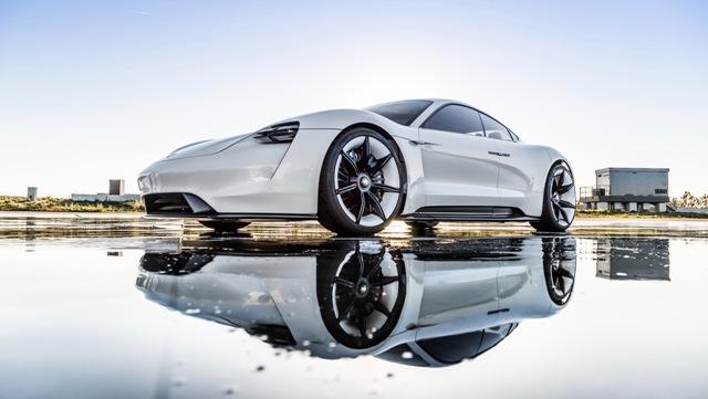 Adam Levine | Porsche | al volante de un Mission E